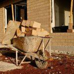 Jak ušetřit na stavbě domu? Jde to i jinak než fyzickou prací